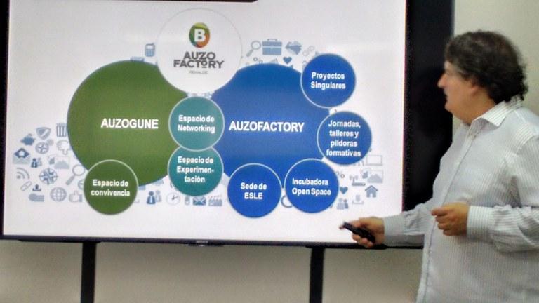 Roberto explicando la estrategia Auzo Factory