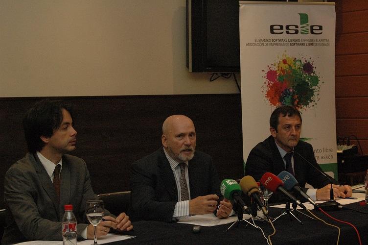 """David Olmos, Agustin Elizegi eta Eneko Astigarraga """"Software Libre eta Ezagutza Irekia - ESLE Behatokia"""" aurkezpenean."""